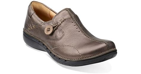clarks un loop leather slip ons in metallic lyst