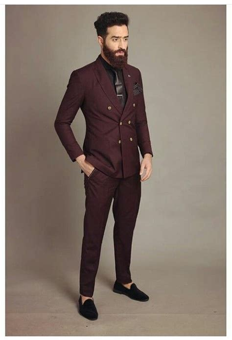 Oxblood suit for men: perfect evening wear paired with