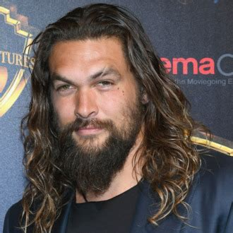 zoe kravitz tattoo bedeutung jason momoa looks out for you in apple s sci fi drama see