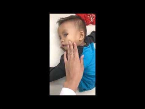 Handuk Kecil Di Alfamart Dibalik Anak Kecil Yang Tergeletak Di Alfamart