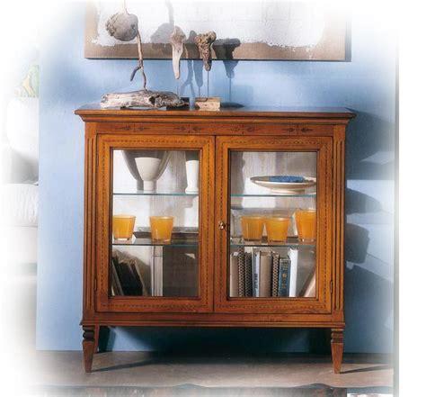 mobiletto per soggiorno vetrina bassa in legno massello con intarsi mobiletto