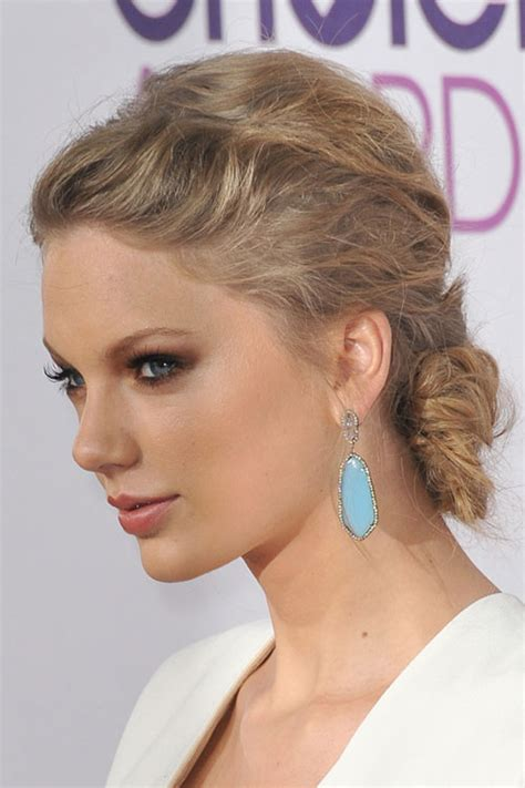 what colours does taylor swift use for ash blonde hair taylor swift wavy ash blonde updo hairstyle steal her style