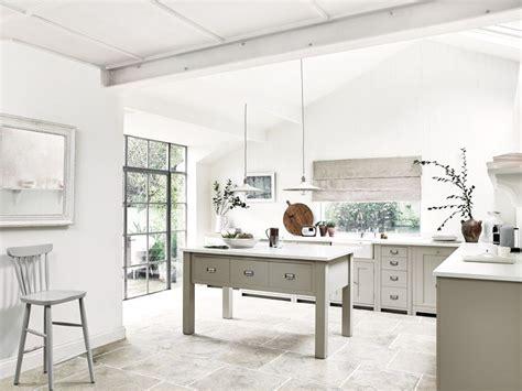 un plan de travail en marbre dans la cuisine plumetis