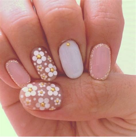 daisy pattern nails pale daisy nails nailed it pinterest manicures