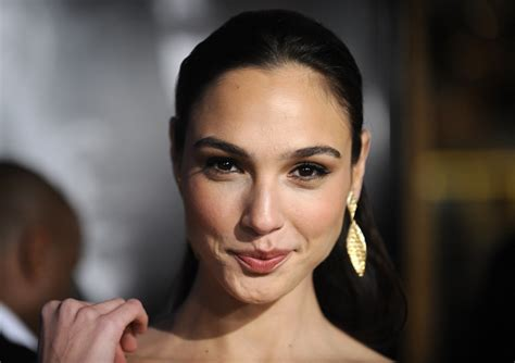film gal gadot wonder woman solo film and justice league role confirmed