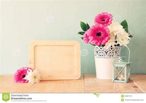 bouquet d 233 t 233 des fleurs sur la table en bois et le
