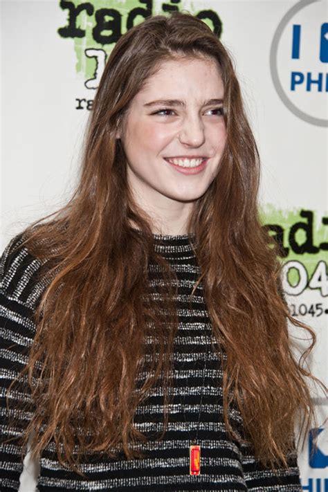 Zara Birdie Sabrina birdy wavy light brown hairstyle style