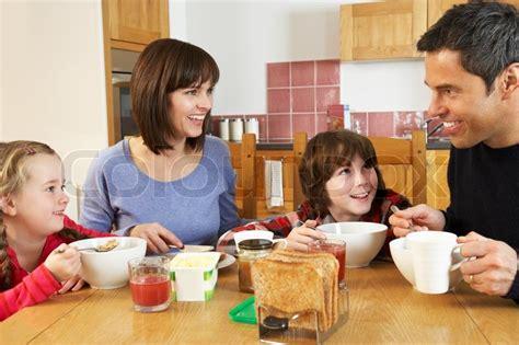 la importancia de desayunar antes de ir a la escuela okey quer 233 taro family eating breakfast together in kitchen stock photo colourbox