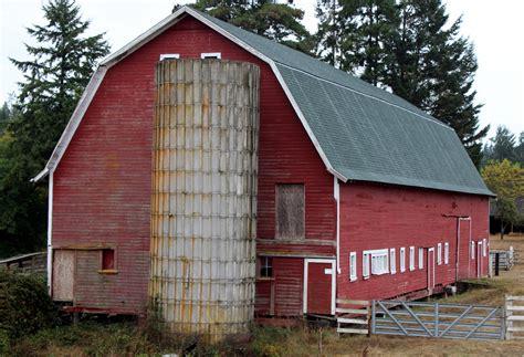 bauernhof mit scheune an barn with a silo free stock photo domain