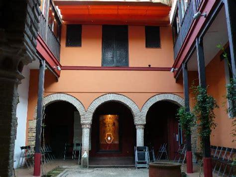 casa de sefarad cordoba empedrado patio y pozo casa de sefarad fotograf 237 a de casa