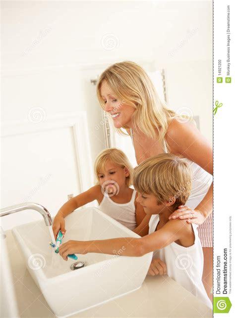 badezimmer putzen mutter und kinder die z 228 hne im badezimmer putzen