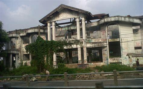 film hantu rumah kosong dicap angker rumah rumah ini jadi inspirasi buat film