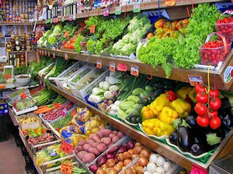 banco frutta e verdura negozi di frutta e verdura gestiti da stranieri pioggia