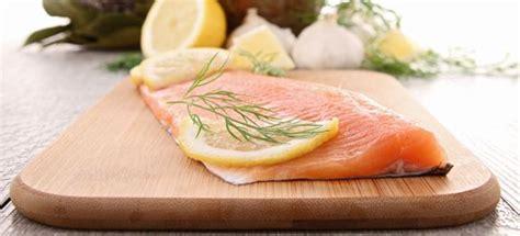 come si cucina il salmone in padella ricetta salmone in padella cucinarepesce