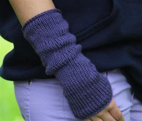 easy arm knitting 25 best ideas about wrist warmers on