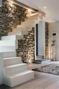 weisse treppen wei 223 e moderne treppen neben einer steinwand im luxushaus
