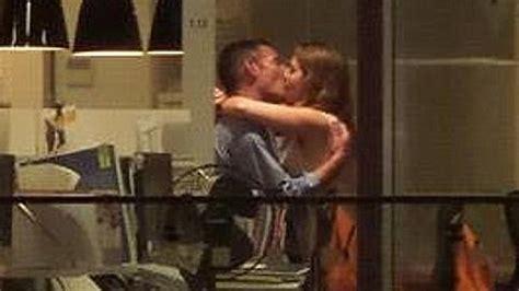 fare sesso in ufficio sorpresi a fare sesso in ufficio dai clienti bar di