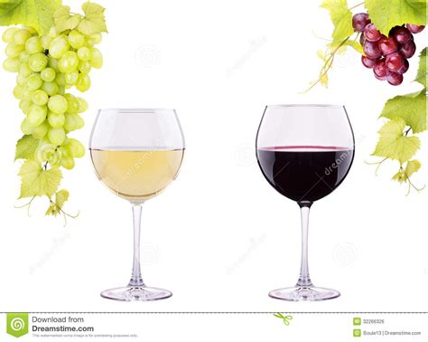 bicchieri da vino bianco e rosso bicchiere di vino rosso e bianco con l uva fotografia