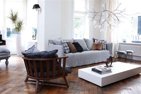 modern interieur met houten vloer woonkamer met visgraat houten vloer en moderne meubels met