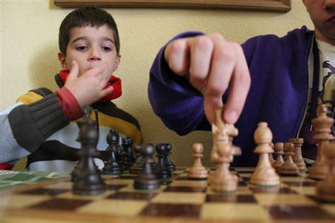 imagenes niños jugando ajedrez jugar al ajedrez con los ni 241 os