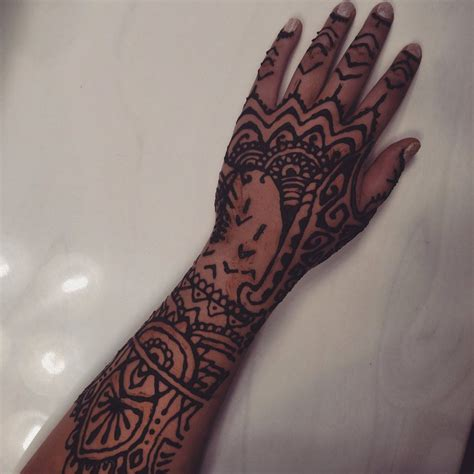 henna design inspired by rihanna s hand tattoo by layegua