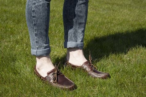 boat shoes with socks or without how to wear shoes without socks