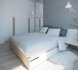 Supérieur Chambre Gris Perle Et Blanc #6: couleur-peinture-chambre-gris-taupe-coussins-lit-bois.jpg