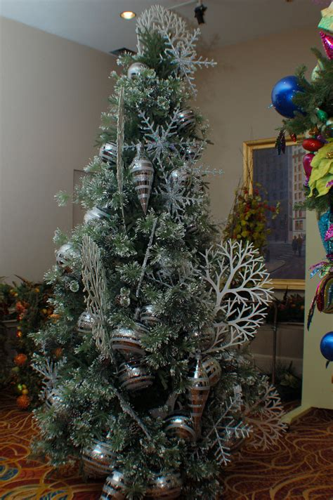 2011 christmas tree trends
