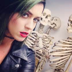 katy perry new tattoo 2015 katy perry matches her green hair to skirt for the m 252 tter