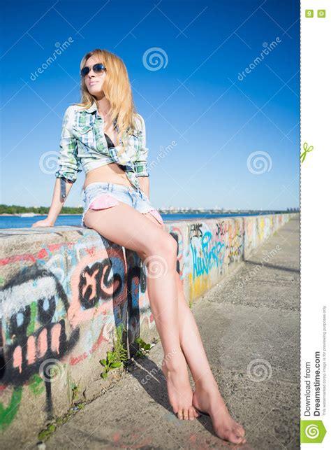 Tumblr Aux Pieds Des Femmes | tumblr aux pieds des femmes femme blonde aux pieds nus de