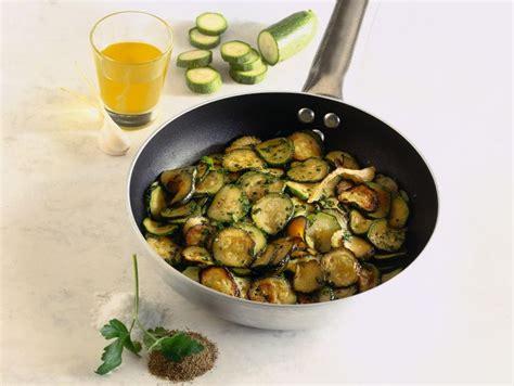 cucinare le zucchine in padella ricetta zucchine in padella donna moderna