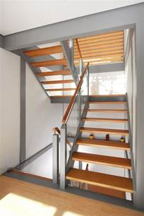 treppe treppe mit gel 228 nderf 252 llung aus glas und podest