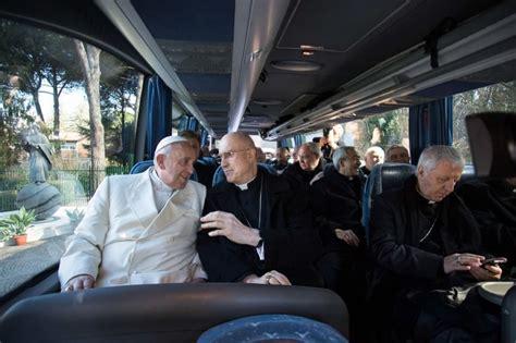 cardinale bertone appartamento il papa torna da ariccia in vaticano sul scherza con