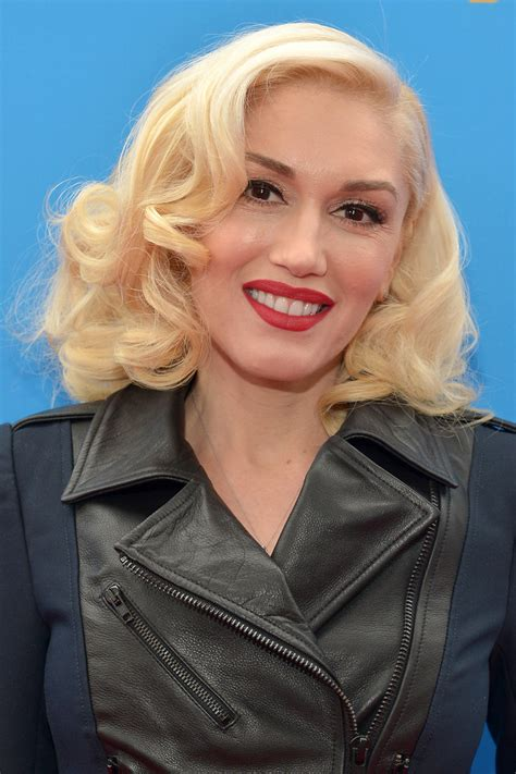 gwen stefani hairstyle medium blonde curly hairstyle with bangs gwen stefani medium curls gwen stefani looks stylebistro