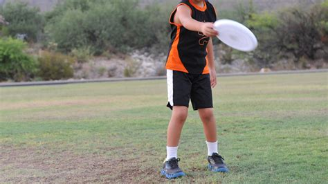 how to a frisbee how to throw a frisbee forehand 10 easy steps wikihow