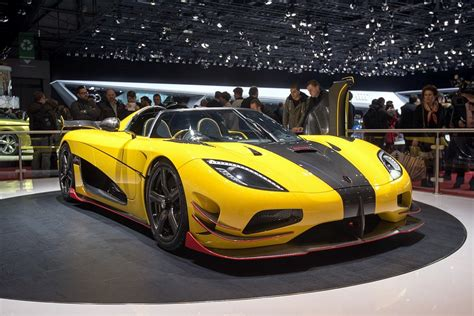 koenigsegg agera r black and yellow η sold out koenigsegg agera rs έφτασε στη γενεύη με 1 176