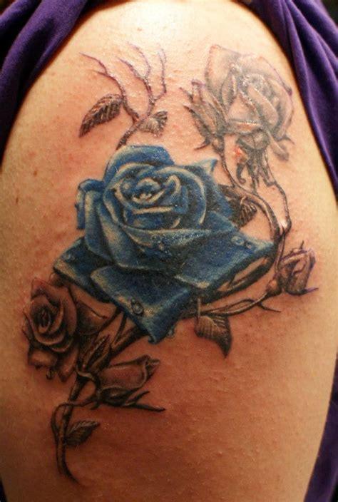 fotos de tatuajes de la rosa azul rosa en el brazo