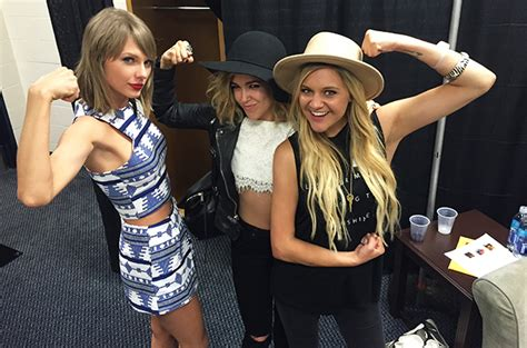 taylor swift and olivia hug taylor swift rachel platten sing fight song together