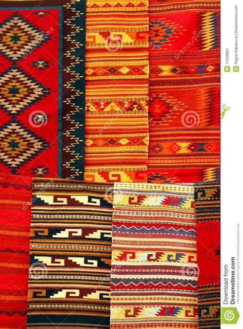 teppiche marrakesch bunte teppiche die am markt h 228 ngen mexiko stockbild