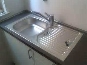 wie bekomme ich polstermöbel sauber wie bekomme ich das wieder sauber haushalt wasser
