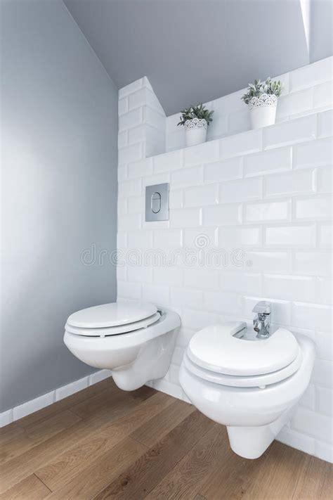 toilet met bidet toilet met houten vloer stock foto afbeelding bestaande