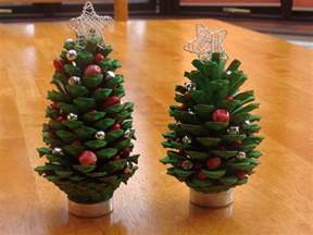 mini christmas tree made from pine cones craft projects