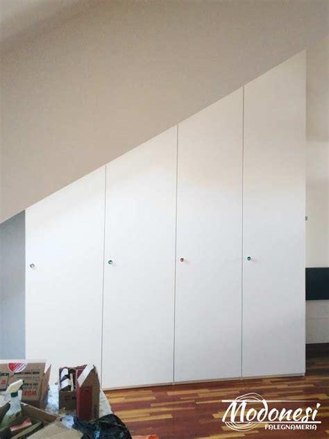 armadi su misura mansarda armadio su misura in legno per il sottotetto di una mansarda