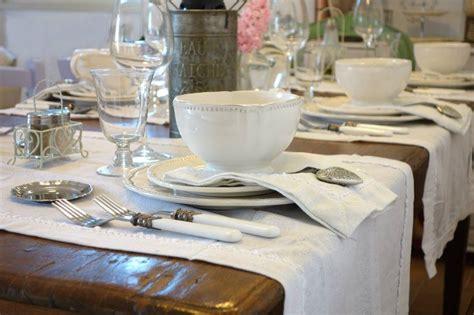 arredare la tavola tavolo shabby chic consigli per arredare una tavola romantica
