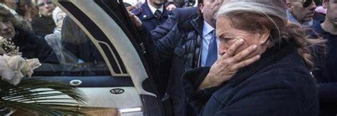mariangela melato una vita in gioco folla a roma per i funerali della melato il dolore di