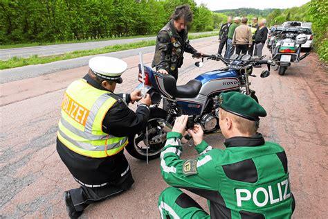 Motorrad Auspuff Zulassung Schweiz by Verkehrskontrolle Am Motorrad Motorr 228 Der Stvo