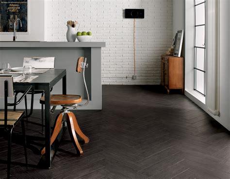 pavimenti neri habitat gres porcellanato effetto legno marazzi