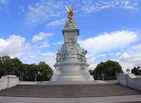 queen victoria memorial  david p howard geograph britain  ireland