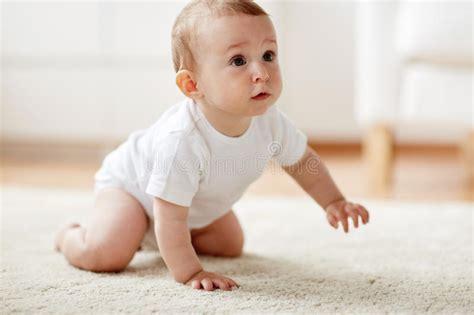 baby zu hause kleines baby in der windel die zu hause auf boden kriecht