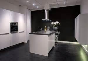 Keukeneiland Met Design Afzuigkap En Bar Met Krukken Aan De Achterkant » Home Design 2017